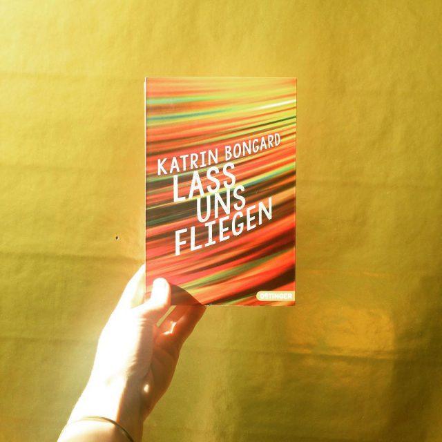 Buch auf Goldgrund  redbugbooks bookstagramfeatures katrinbongard lassunsfliegen